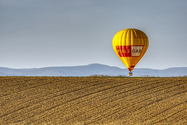 horkovzdušný balón nad polem.jpg