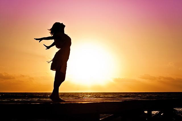 žena před sluncem