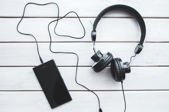 sluchátka u smartphone
