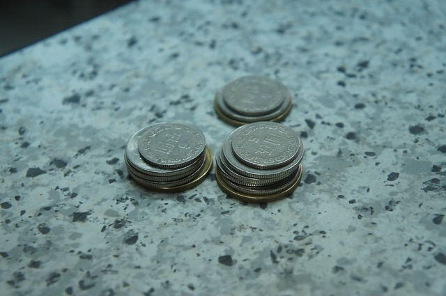 drobné stříbrné mince, mramor